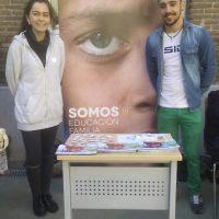 Rocío Jiménez, estudiante de ICADE y en prácticas de apoyo jurídico y Valle, responsable de comunicación de Achalay, posan junto al stand de la asociación